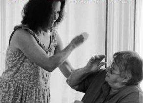 Bebês e idosos que sofrem maus tratos. O que fazer?