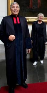 Juízes ingleses com togas modernas