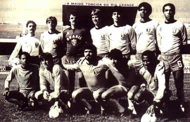 A Sele/Inter 84: da esquerda em pé - Júlio Espinosa, Luis Carlos Wink, Gilmar, Ademir, Mauro Galvão, Aloísio e André Luis; Agachado - Paulo Santos, Dunga, Kita, Milton Cruz e Silvinho.