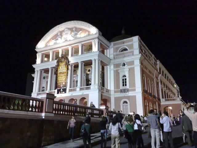 Imagem do Teatro de Manaus visto pela frente à noite
